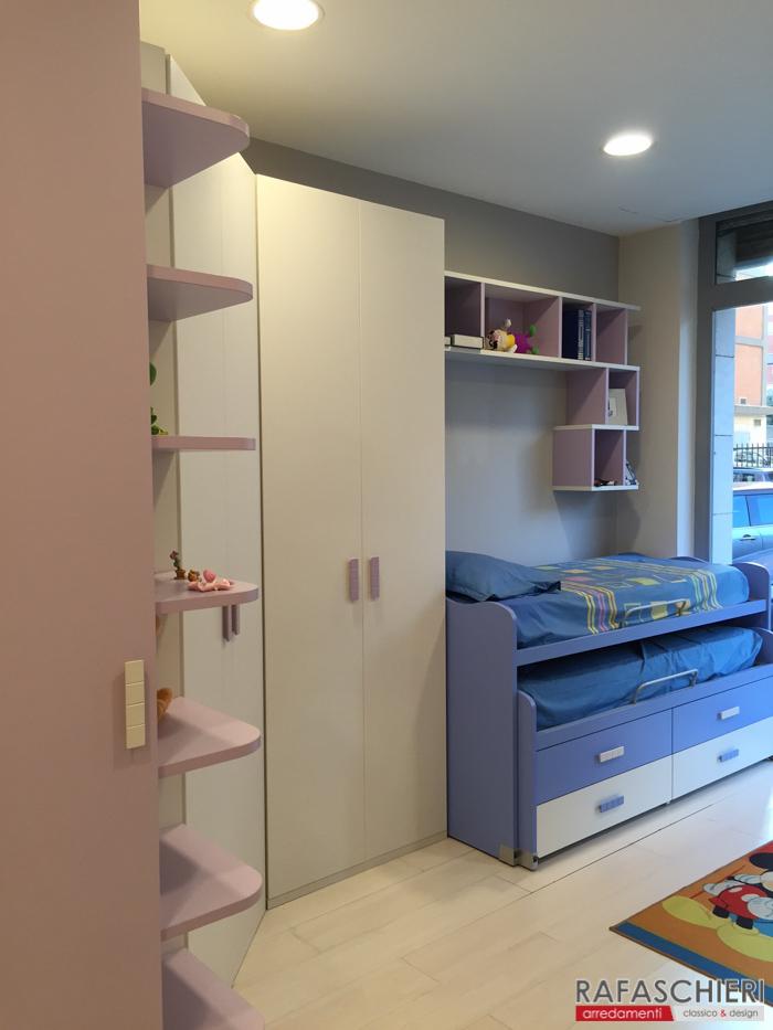 cameretta con cabina armadio scrivania e letti scorrevoli