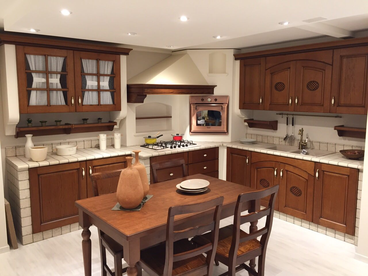 Cucina in muratura completa di elettrodomestici e tavolo e sedie ...